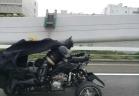 باتمان يتجول على متن دراجته الفائقة فى طوكيو