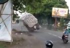 بالفيديو.. شاحنة تسقط والجمهور يضحك