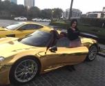 صافيناز تشعل دبي على متن بورش 918 سبايدر ذهبية