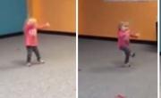طفلة تقلد رقصة والدتها تشعل مواقع التواصل