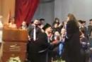 لبناني يطلب يد زميلته على منصة التخرج
