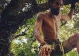 رجل انهار زواجه فعاد إلى حياة الغابات والبراري