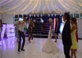 عروسان يذهلان المدعوين برقصة حفل زفافهما