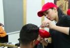 سكر فتاة مصرية تحلق شعر الرجال