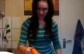 شوفوا وين علق شعرها!!