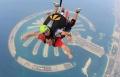 باسم يوسف وهو يقفز من طائرة ويهبط بالبراشوت في مدينة دبي