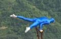 جنون غير شكل: عرض للسيرك من الجو على جسر بالصين!