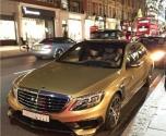 سعودي يلفت الأنظار في لندن بمرسيدس ذهبية