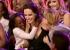 أنجلينا تفوز بجائزة أفضل أم وولديها يشاركانها الفرحة