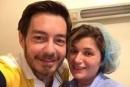 أحمد زاهر الى جانب زوجته في غرفة العمليات