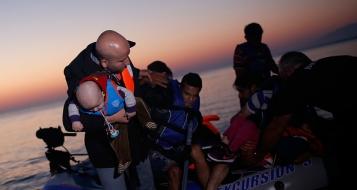 اليونان: فتاتان تنقذان لاجئاً سورياً يوشك على الغرق