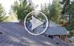عامل بناء يرقص على سقف مائل
