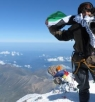 فلسطينية ترفع علم فلسطين على أعلى جبل في روسيا