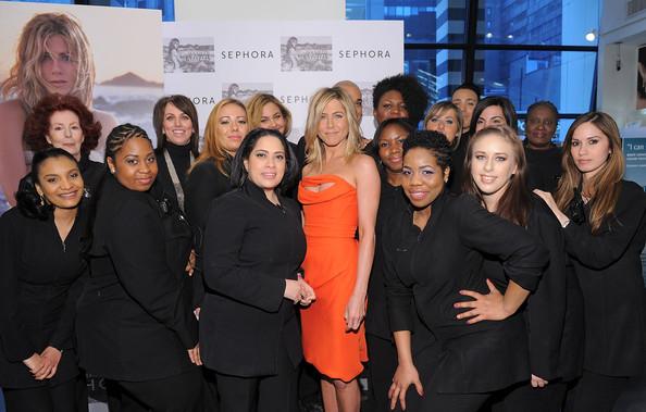 Jennifer Aniston مشعة بفستان برتقالي قصير