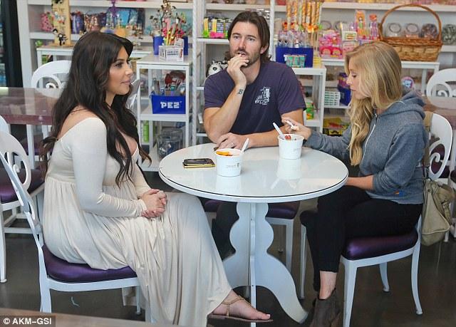 كيم كارديشيان في نزهة مع براندون جينير وزوجته ليا