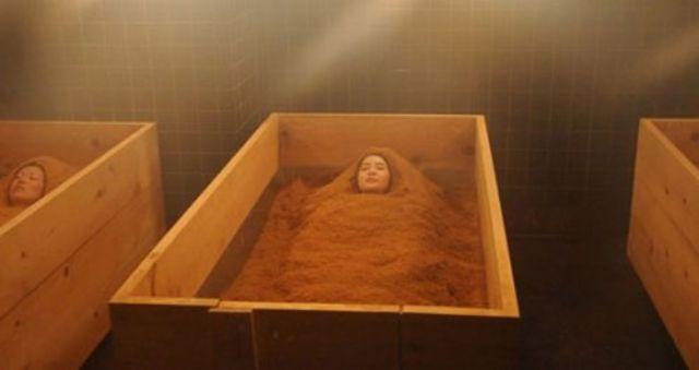 لك سيدتي....الاستحمام في نشارة الخشب باليابان!