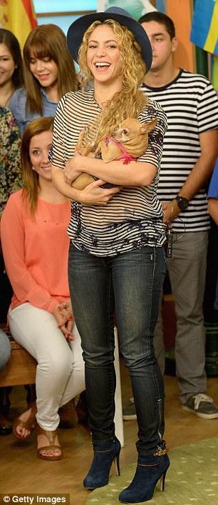 شاكيرا تثير السخرية بعد حمل الكلب وإبنها