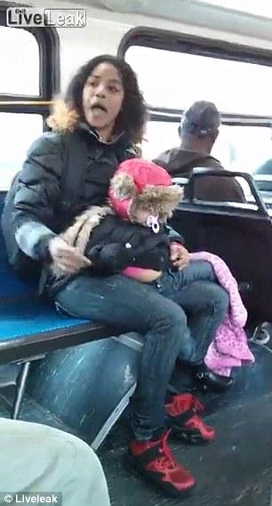 تشاجرت مع إمرأة، فرمت ابنتها ع الأرض لتضرب!