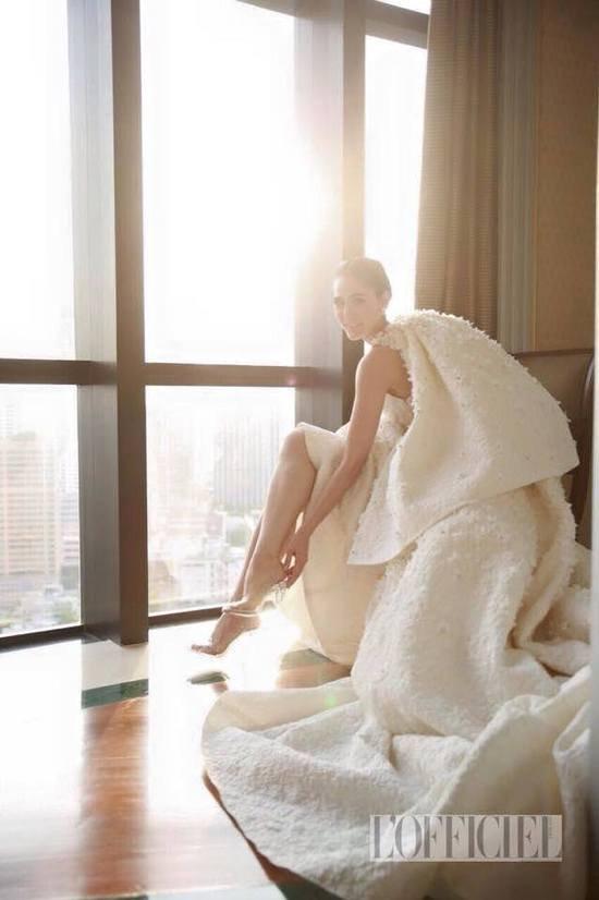 مصمم ايطالي يبتكر فستان زفاف غريب للغاية لنجمة عالمية