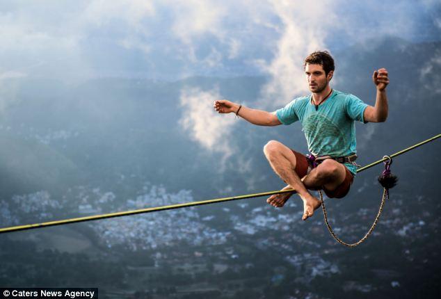 برازيلي يسير على حبل بارتفاع 3 آلاف قدم